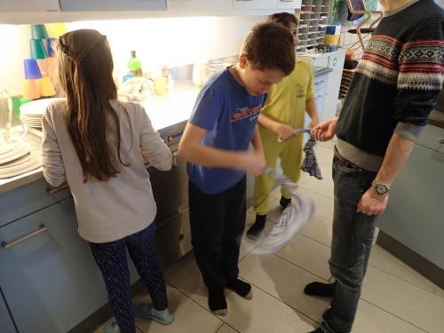 Kinder waschen ab