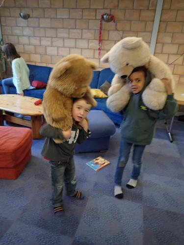 Kinder mit Teddybären