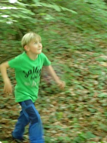 Gelaendespiel Kind läuft