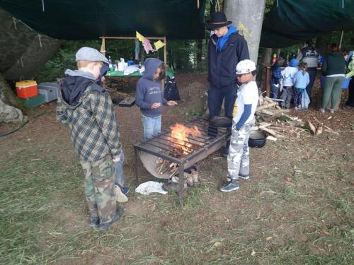 Fabi und Kinder am Feuer