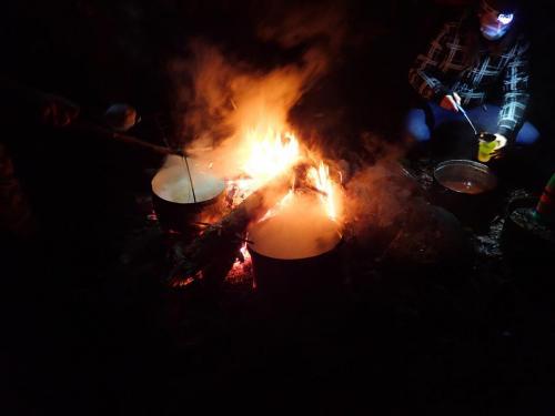 Essen und Punsch auf Feuer